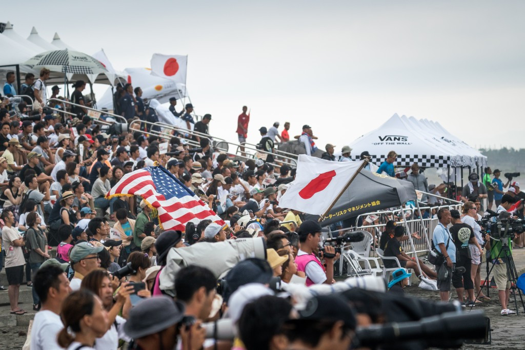 Despite varying weather conditions, the World Surfing Games in Miyazaki have been consistently well attended ©ISA