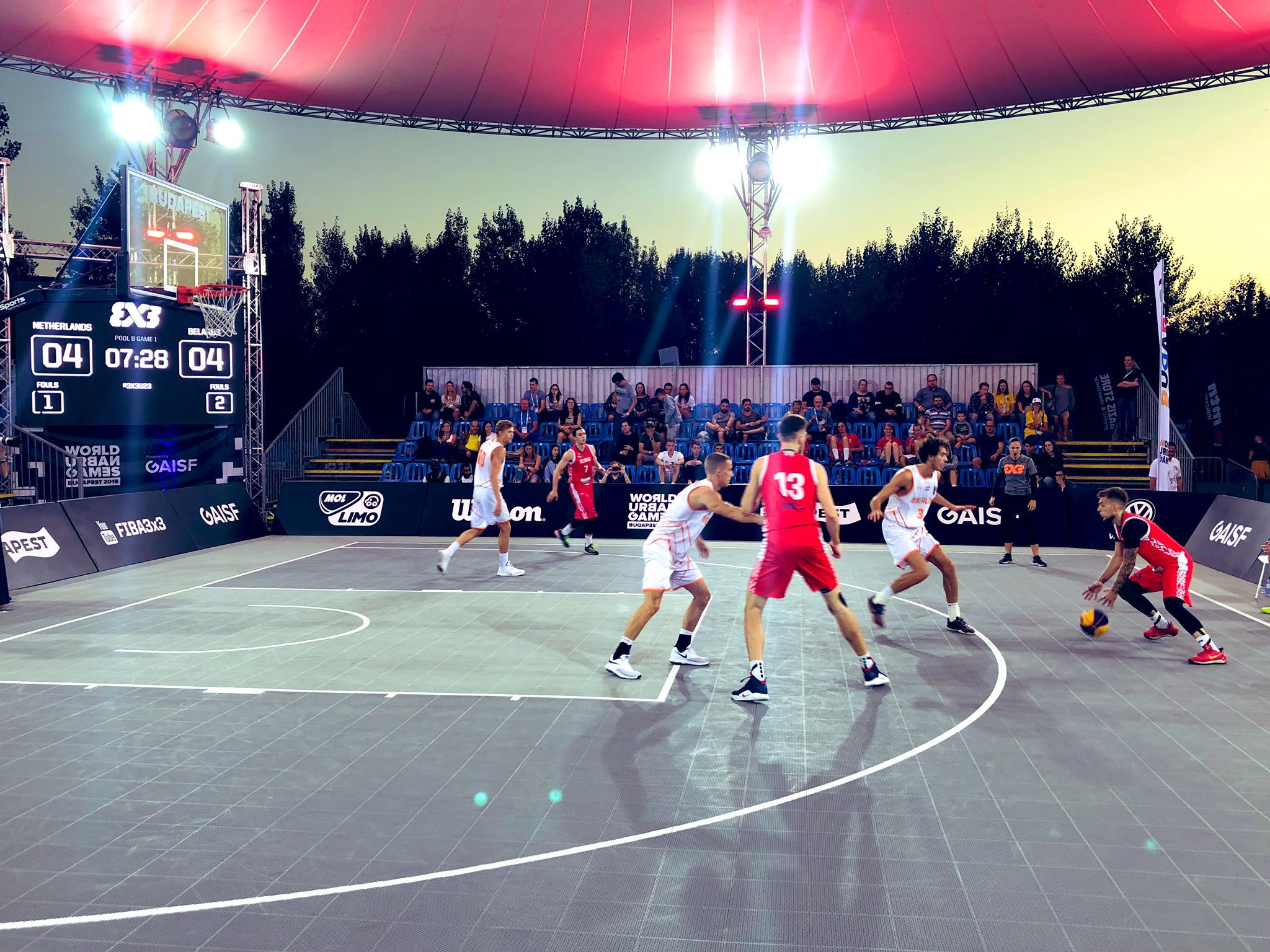 Belarus and The Netherlands compete under the lights in the men's basketball 3x3 ©Twitter/GAISF