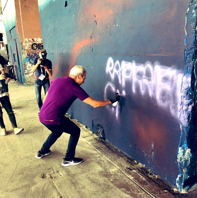 GAISF President Raffaele Chiulli got into the urban spirit as he tried his hand at some street art ©Twitter/GAISF