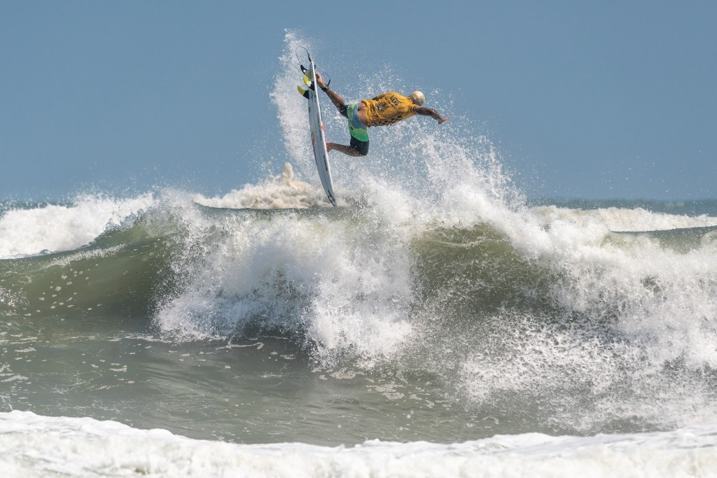 Brazil's Italo Ferreira produces the move of the World Surfing Games – a full rotation aerial – en-route to individual and team gold in Miyazaki, Japan ©ISA