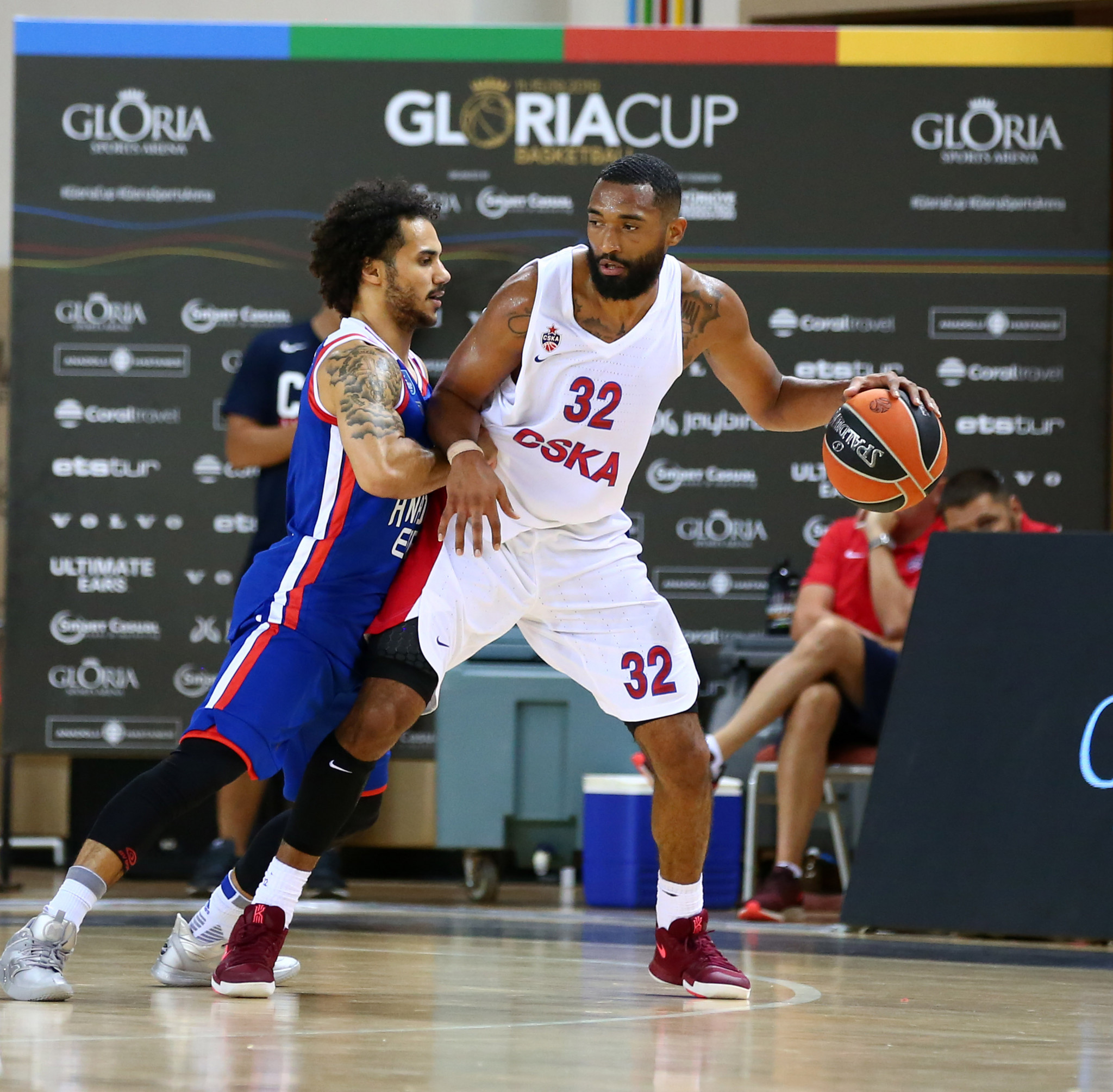 CSKA Moscow's Darrun Hilliard holds off the tackle of Mike James from Anadolu Efes at Gloria Sports Arena ©GSA