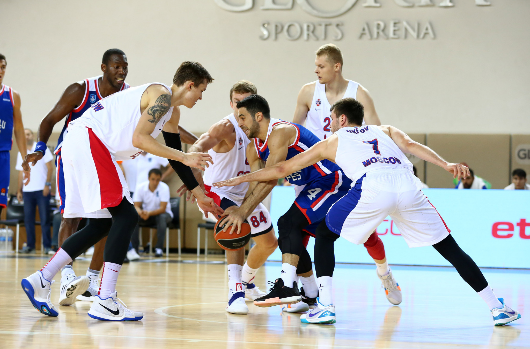Anadolu Efes captain Doğuş Balbay found himself under severe pressure against CSKA Moscow ©GSA