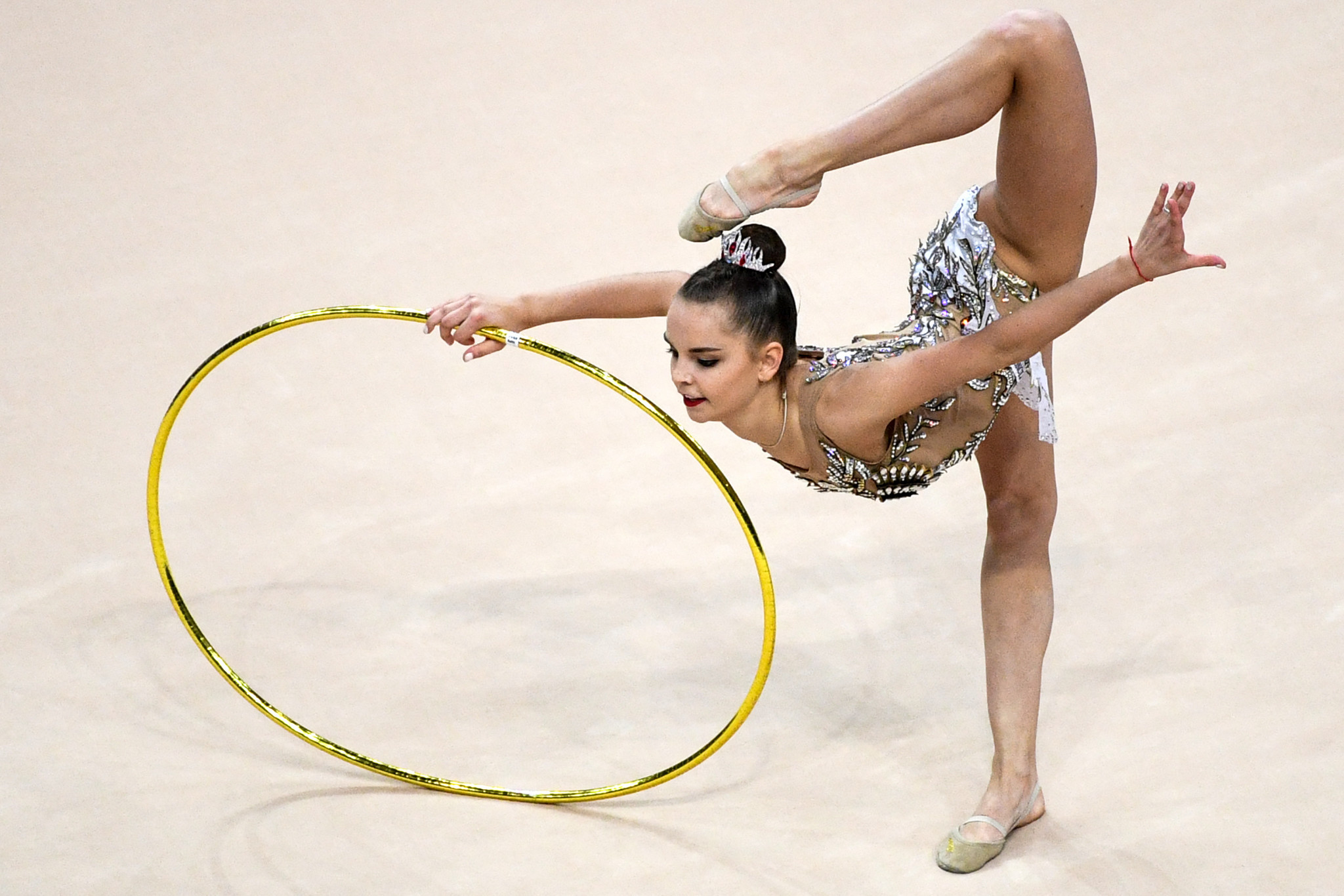 Defending all-around champion Dina Averina made a strong start with the hoop at the FIG Rhythmic Gymnastics World Championships in Baku ©Getty Images