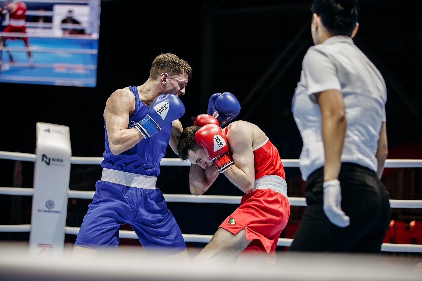 European and Commonwealth champion Pat McCormack of England had a difficult clash with Irish rival Aidan Walsh ©Yekaterinburg 2019