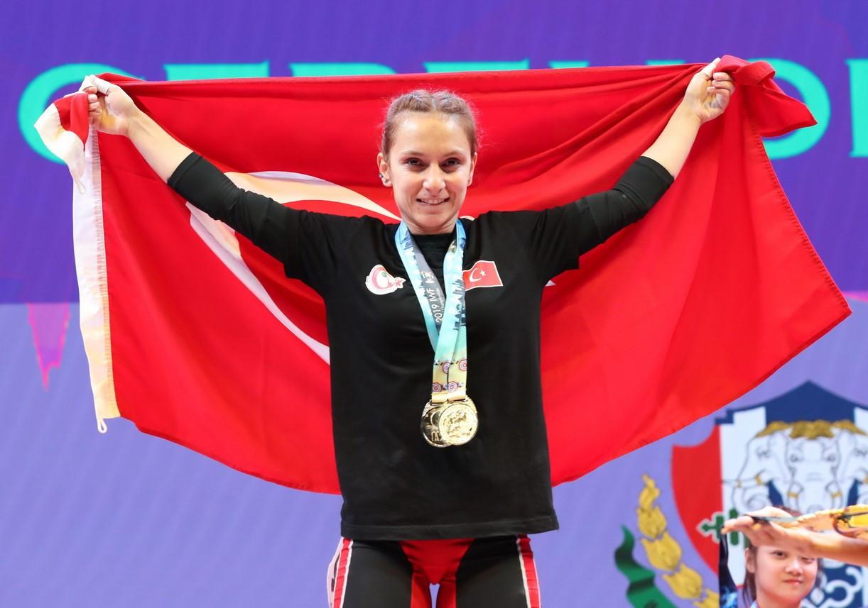 European champion Şaziye Erdoğan of Turkey triumphed overall in the women's 45kg event ©IWF
