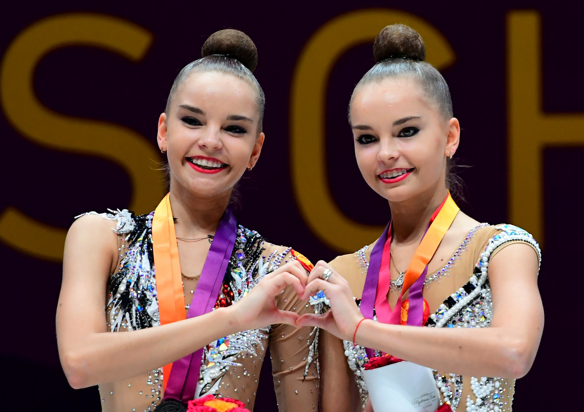 Arina Averina, right, finished ahead of her identical twin and defending champion Dina in clubs qualifying ©Getty Images