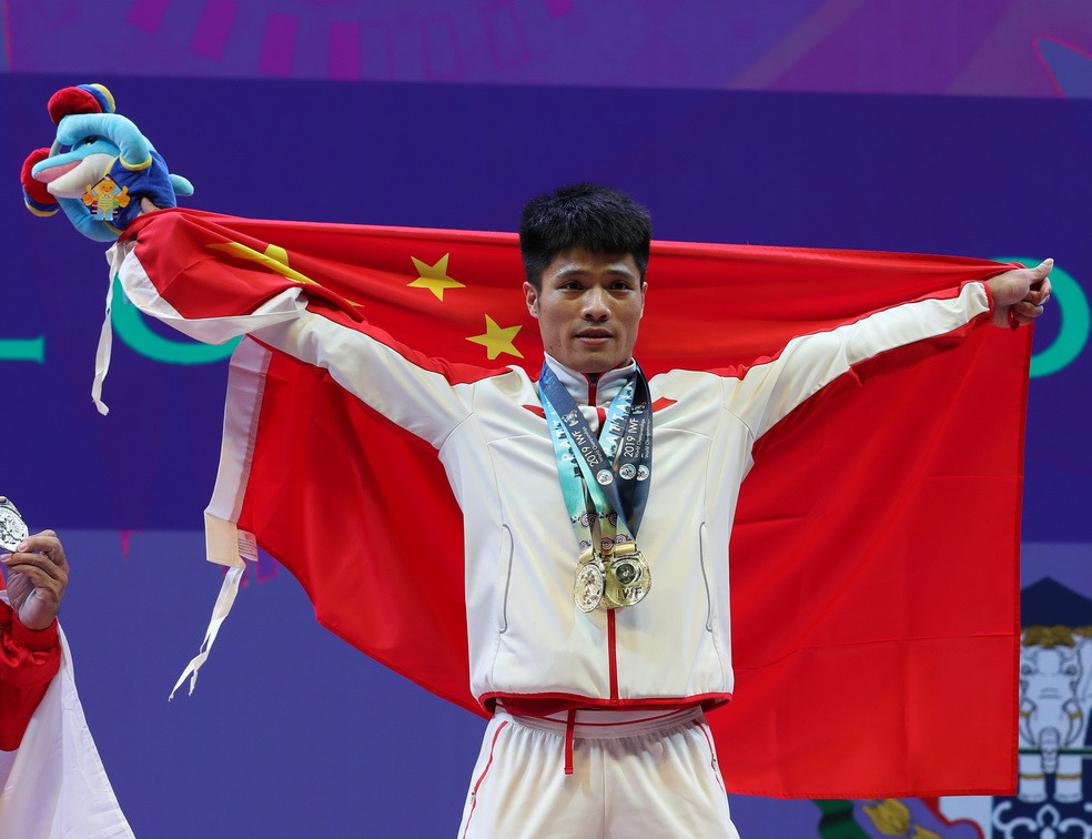 The men's 61kg event also saw a Chinese weightlifter, Li Fabin, prevail with a world record-breaking total ©IWF