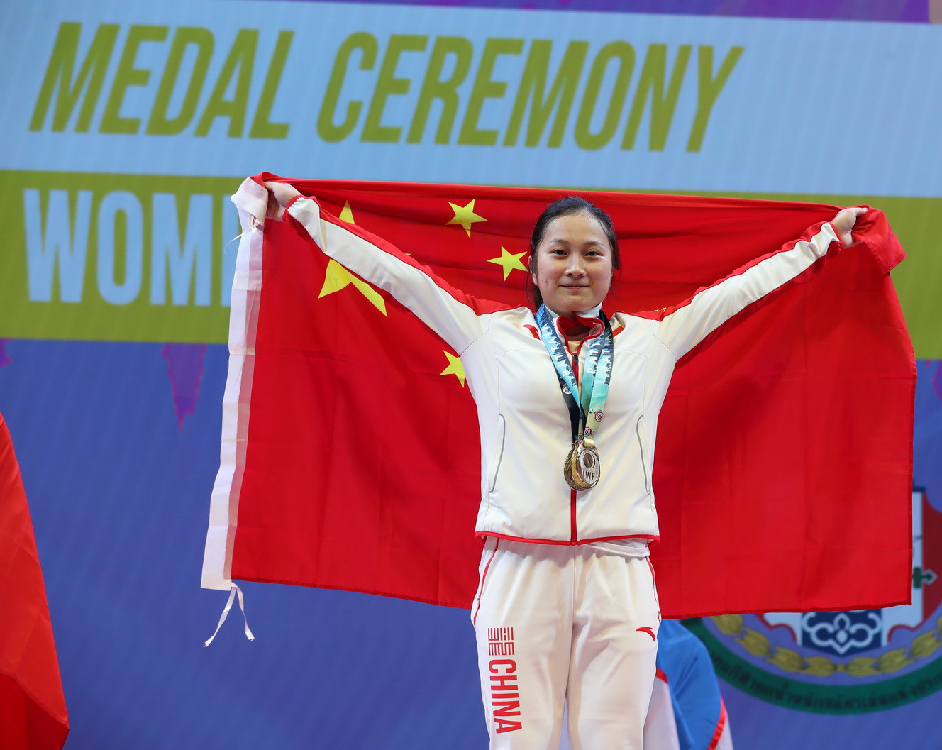 Liao proudly showed off China's flag on the podium ©IWF