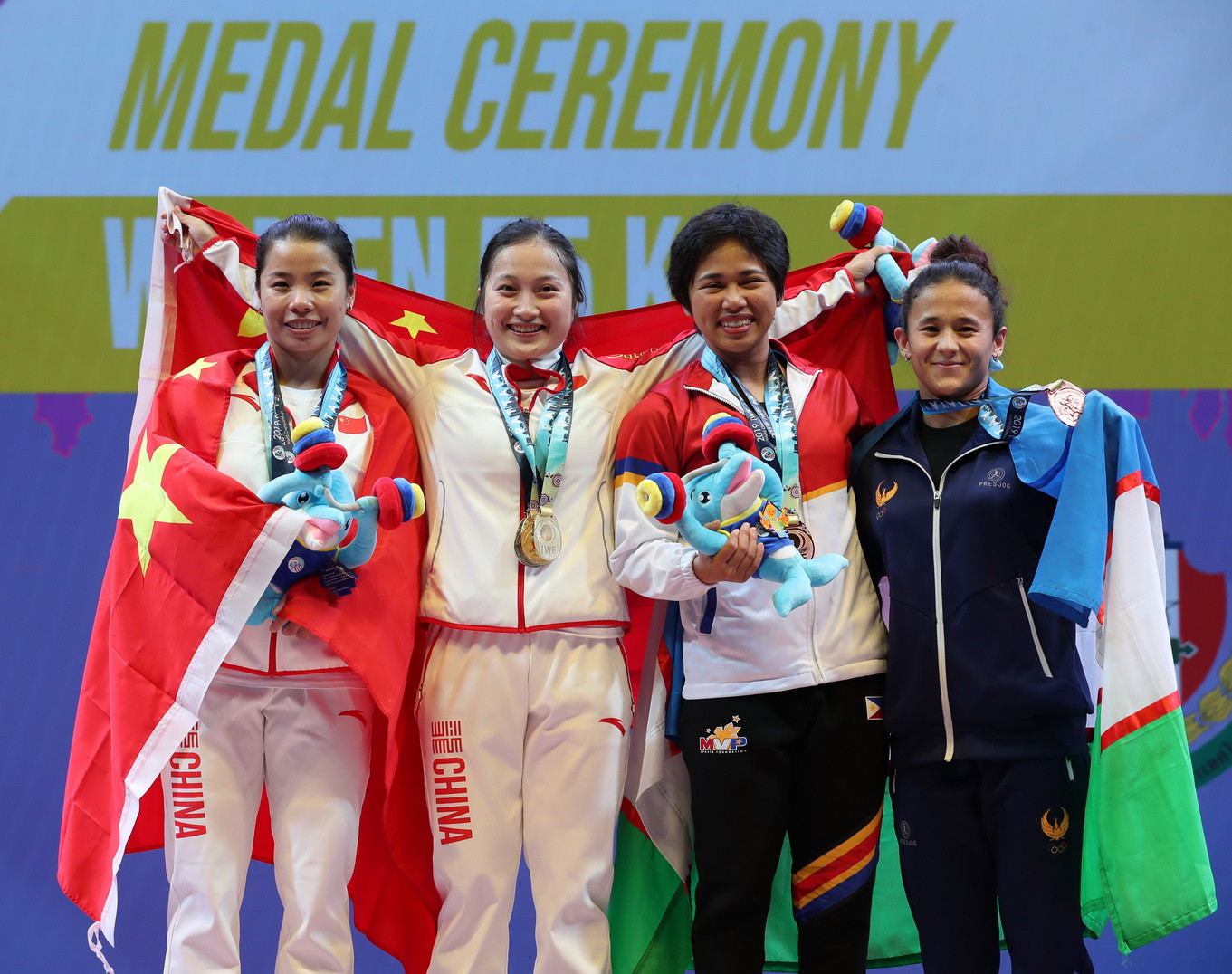 And celebrated with her fellow medallists, including the third-place finisher in the snatch, Uzbekistan's Muattar Nabieva ©IWF