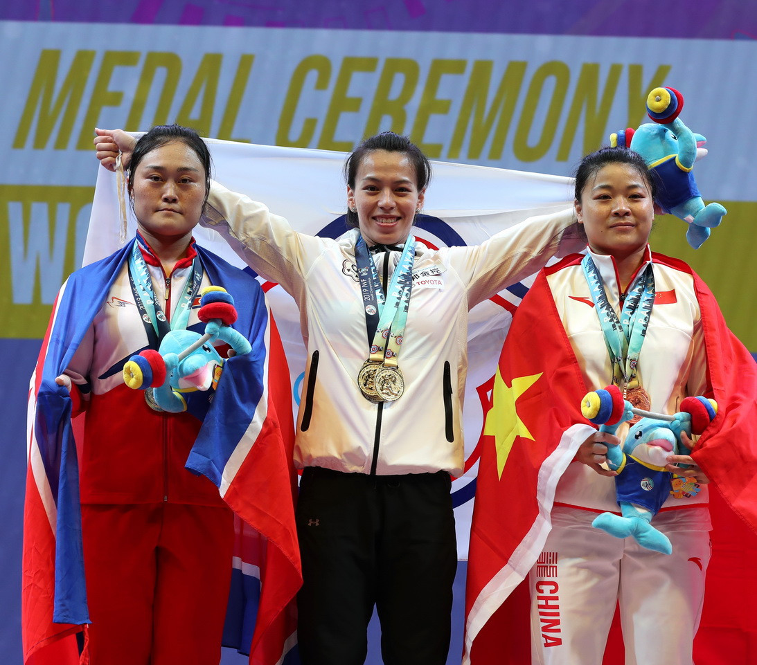 The Taiwanese celebrated with her fellow medallists ©IWF