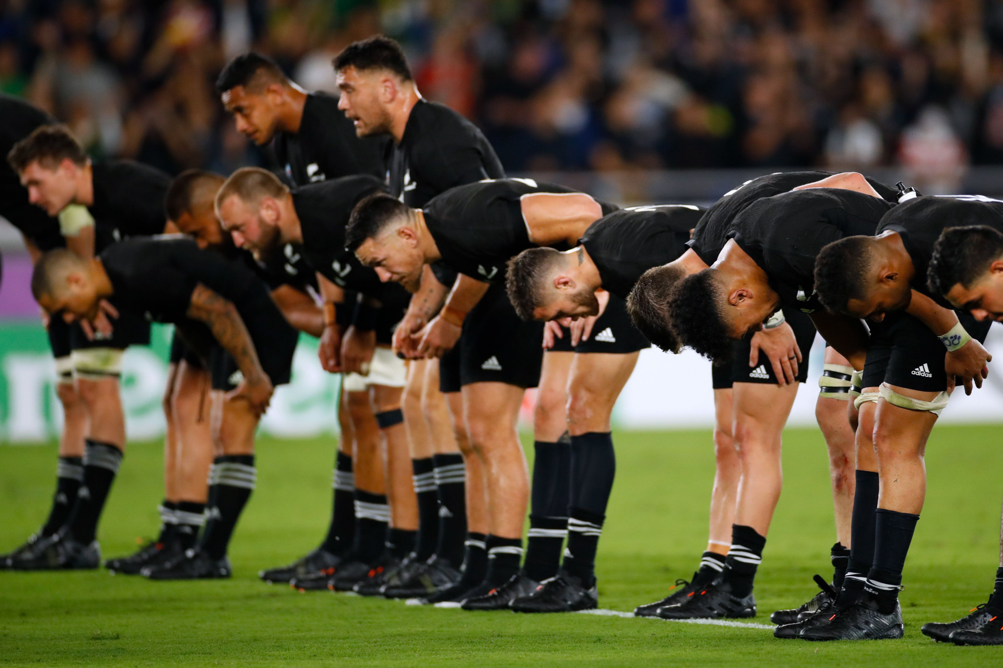 The All Blacks pay their respects to the Japanese crowd ©Getty Images
