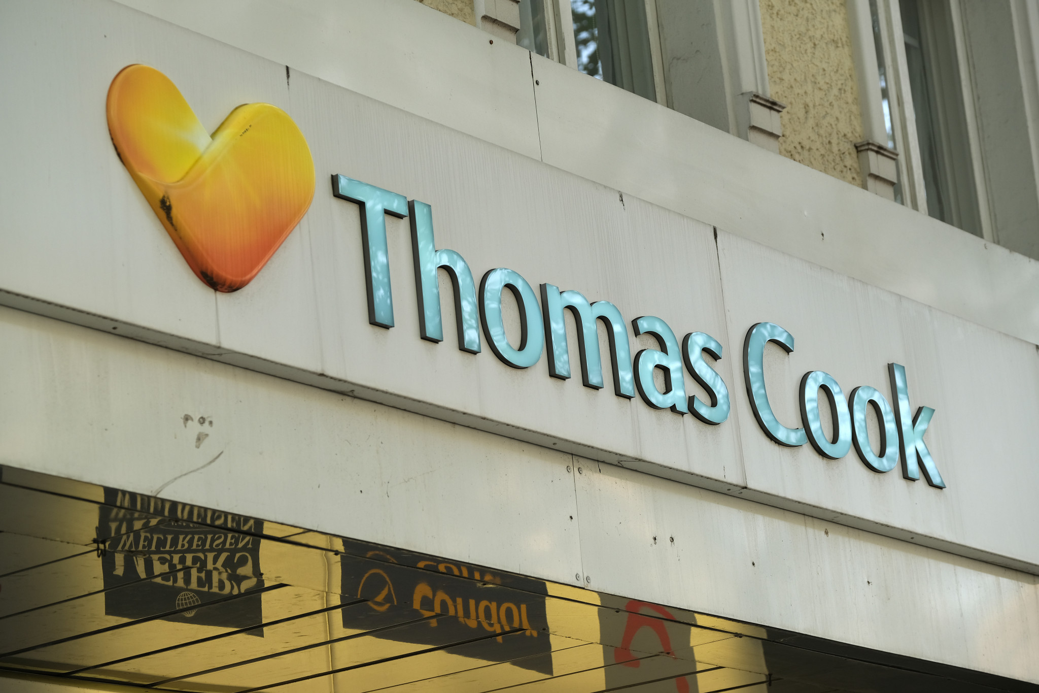"London 2012 sponsor Thomas Cook ""takes steps to enter compulsory liquidation"""