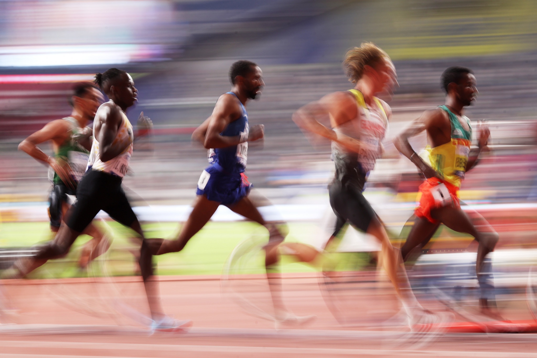 Runners take part in the heats of the men's 5,000m ©Getty Images