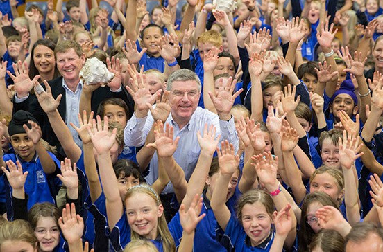 Thomas Bach with local children during his visit to New Zealand ©IOC/Ian Jones