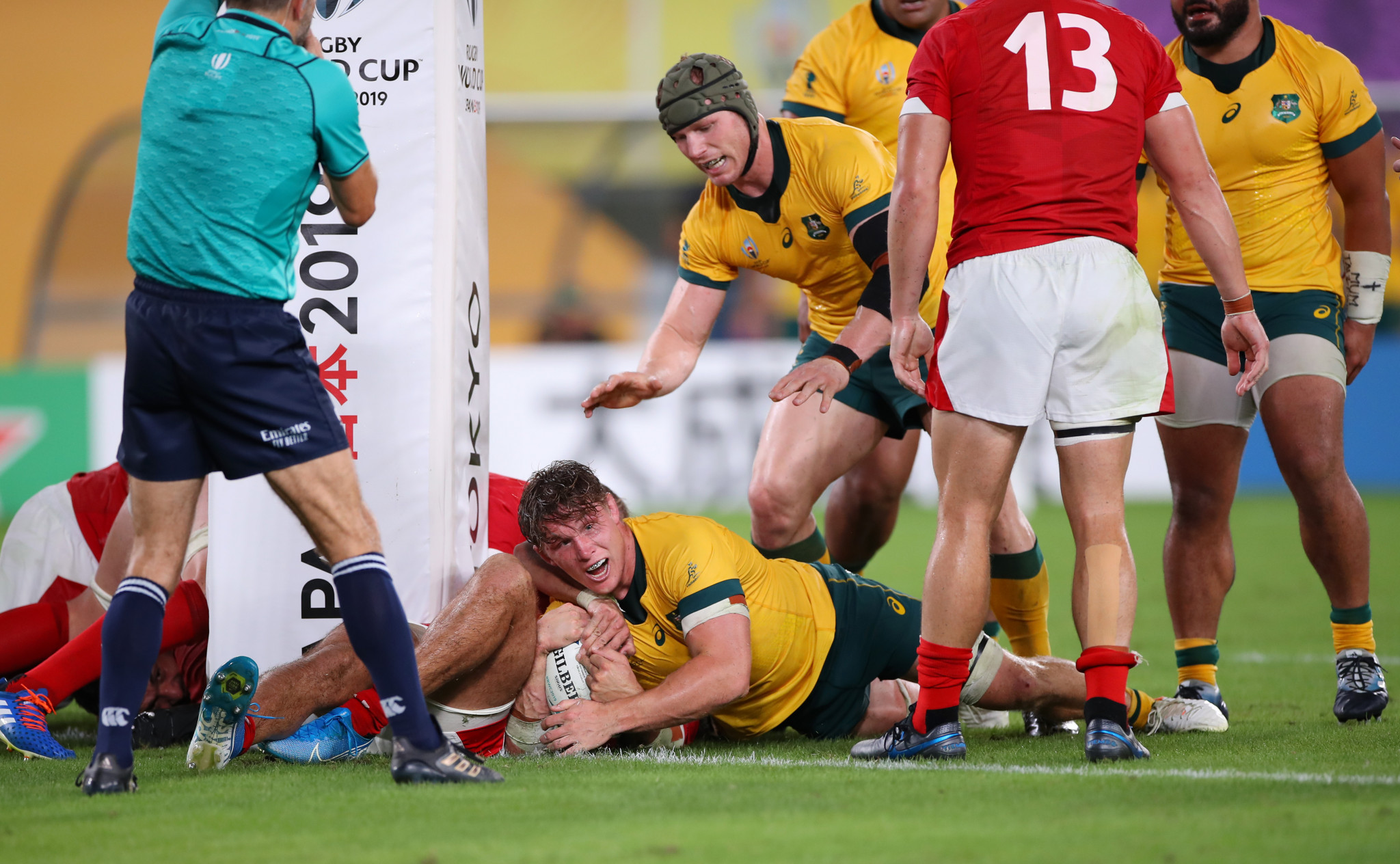 Michael Hooper dotted down in the second half as Australia recovered ©Getty Images