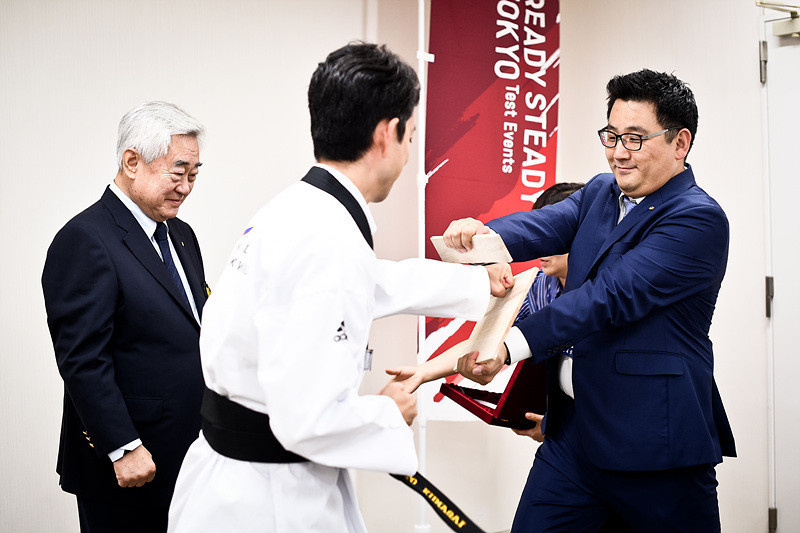 Toshihito Kumagai was given the award for his services to taekwondo ©WT