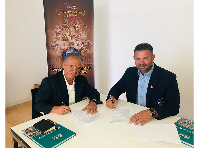 International Federation of Bodybuilding and Fitness President Rafael Santonja and Romanian Federation of Bodybuilding and Fitness President Gabriel Toncean signed a contract for the 2020 IFBB Junior World Championships to be held in Târgu Mureș ©IFBB