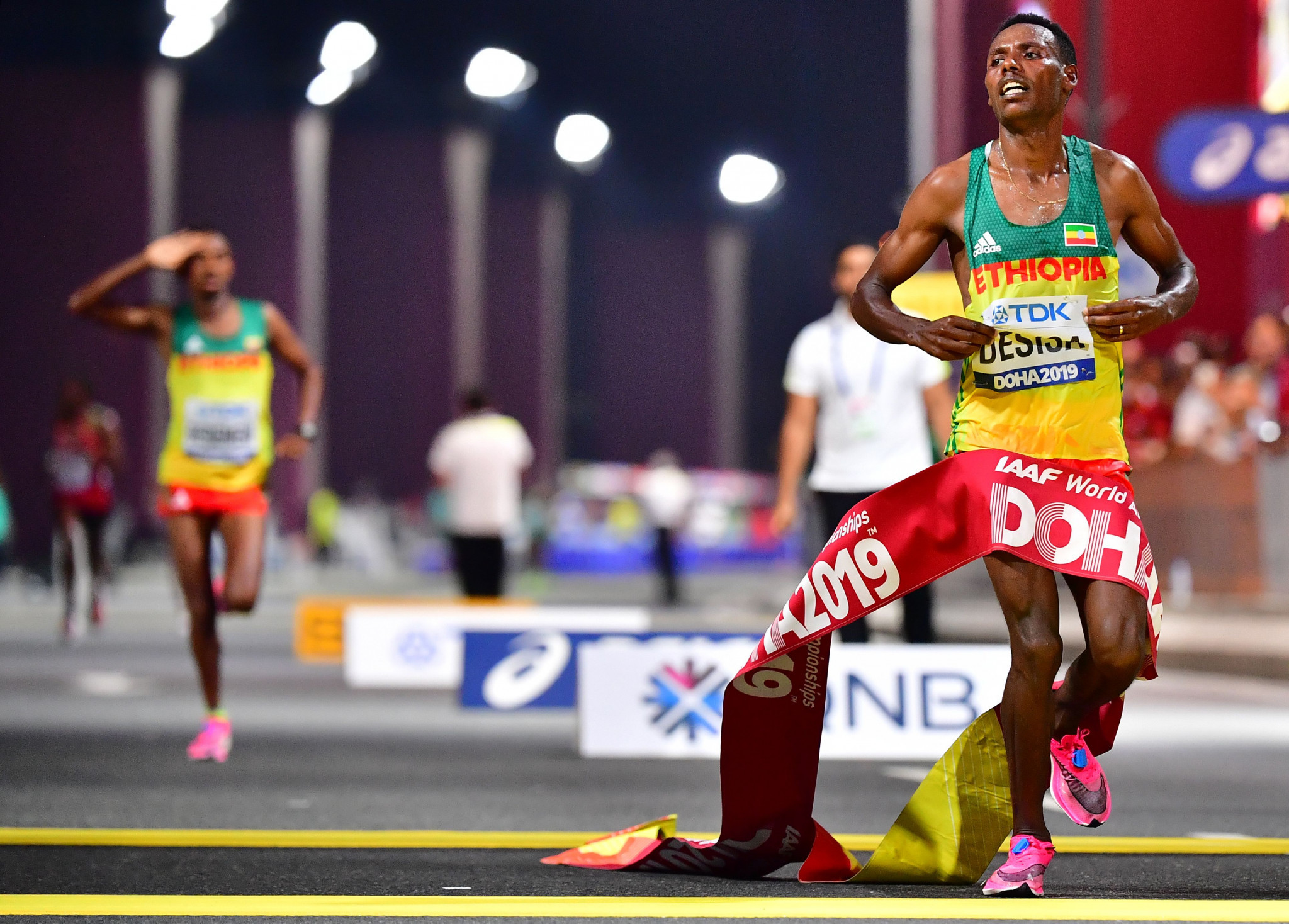 Desisa leads Ethiopian double in men's IAAF World Championships marathon as Hawkins fourth again