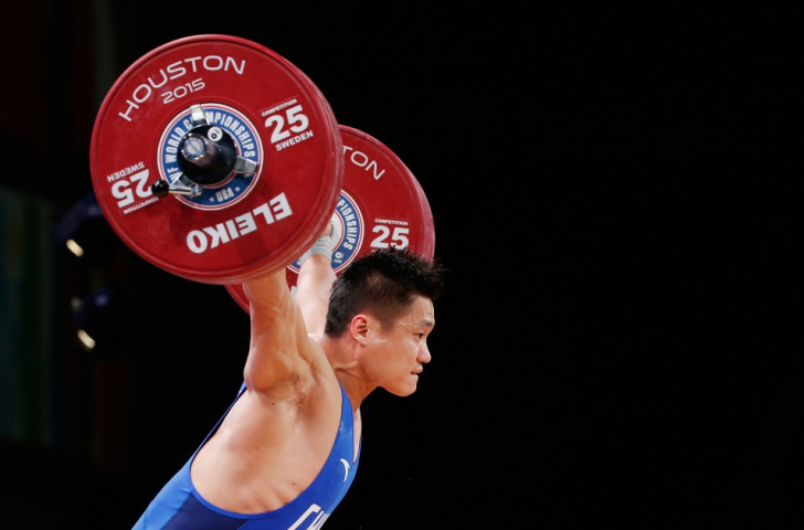 China's Xiaojun Lü won the men's 77kg snatch but failed to lift in the clean and jerk