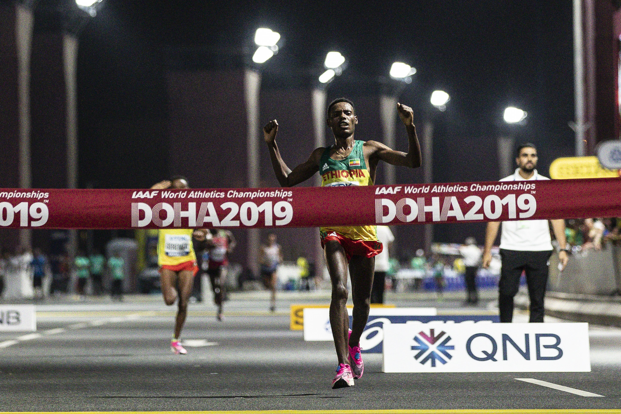 It was after 2am in the morning on Sunday when Lelisa Desisa of Ethiopia crossed the finishing line to win the men's marathon ©Getty Images