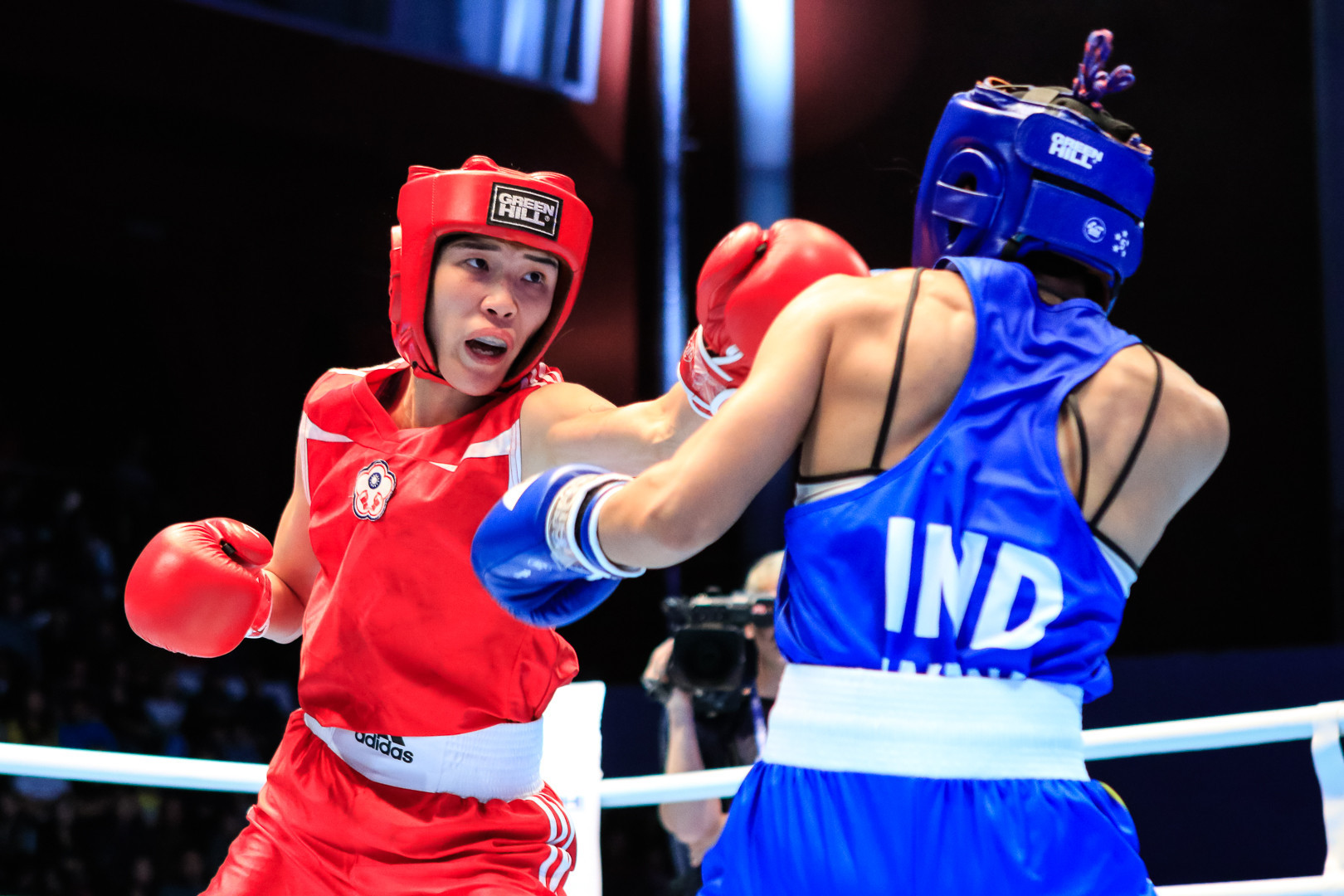Huang Hsiao-Wen of Chinese Taipei overwhelmed Jamuna Boro of India 5-0 to reach the bantamweight final ©AIBA