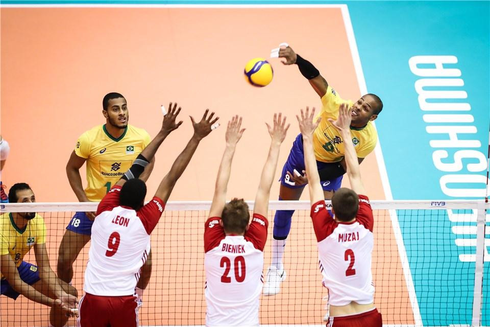 Brazil edged out Poland to claim their ninth win ©FIVB