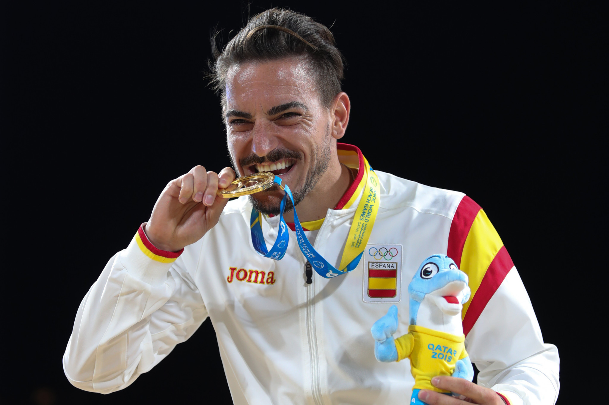 Damien Quintero celebrates with his ANOC World Beach Games gold medal after making it an historic Spanish double in karate kata ©ANOC World Beach Games