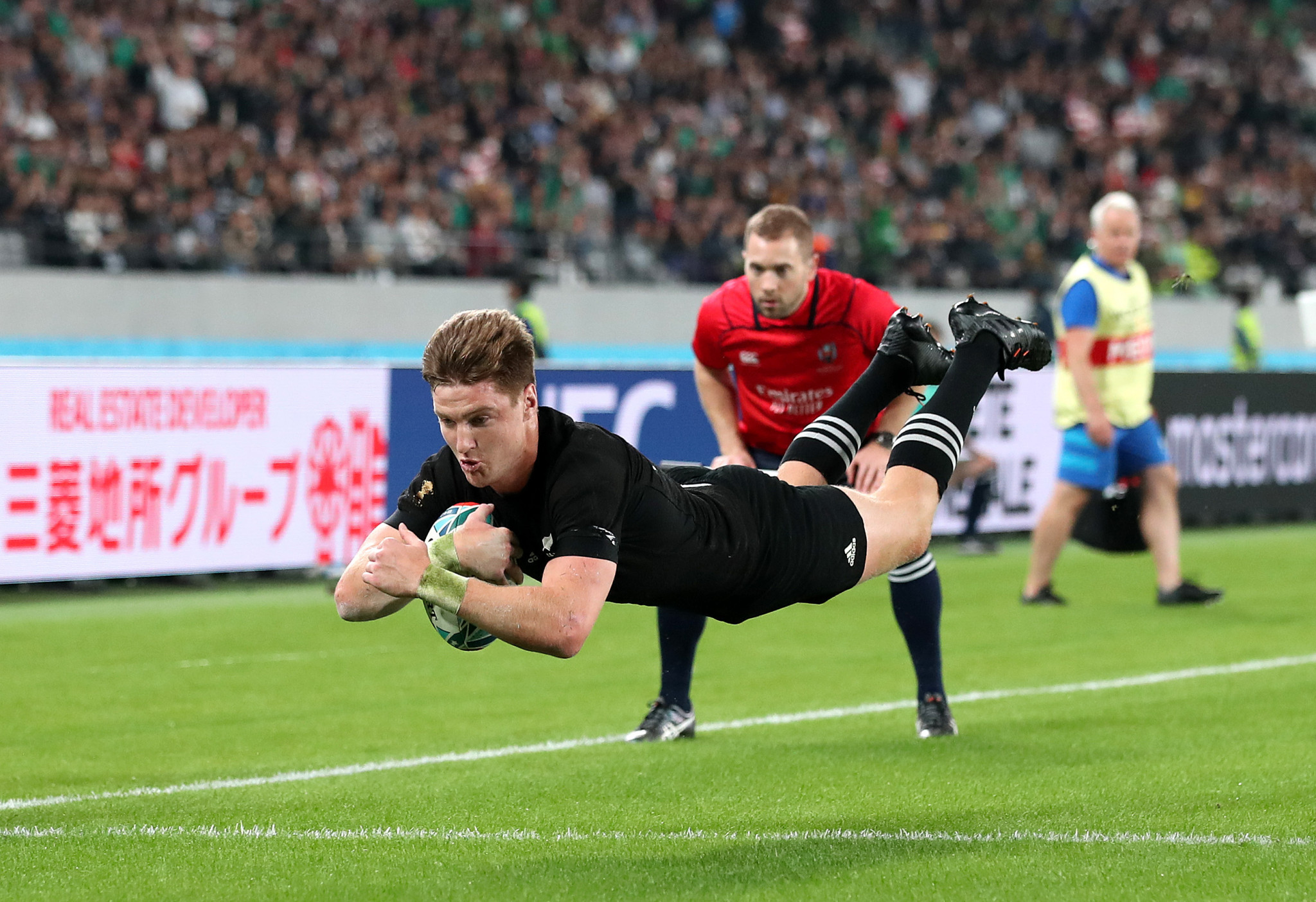 Jordie Barrett flies over for yet another score ©Getty Images