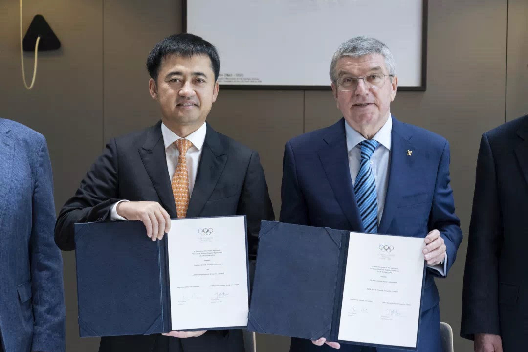 IOC President Thomas Bach, right, and Anta Sports executive chairman and chief executive Ding Shizhong signed the new deal until 2022 at the Olympic Museum in Lausanne ©Anta Sports
