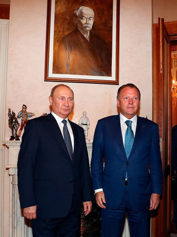 Presidents Vladimir Putin and Marius VIzer posed for a picture under a painting of Kano Jigoro, the sport's founder ©IJF