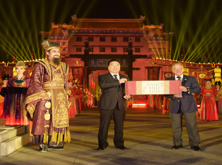 IFBB President awarded keys to the city of Xi'an