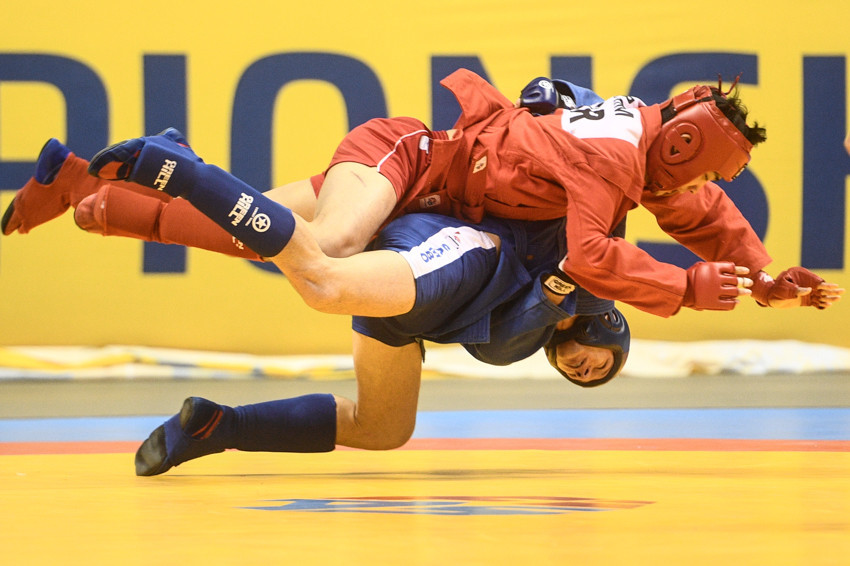 There were thrills and spills as the combat sambo events commenced ©FIAS