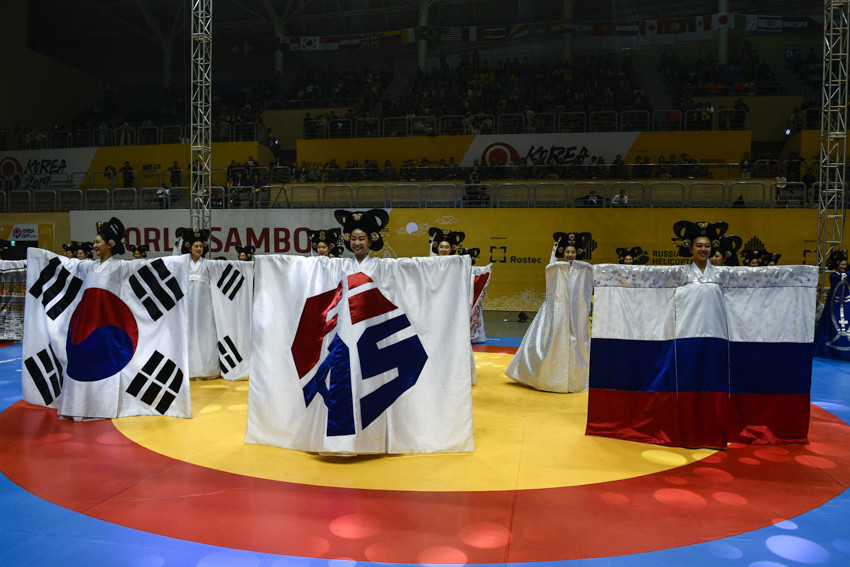 A traditional Opening Ceremony dance culminated in artists unveiling the flags of South Korea, Russia and the International Sambo Federation ©FIAS