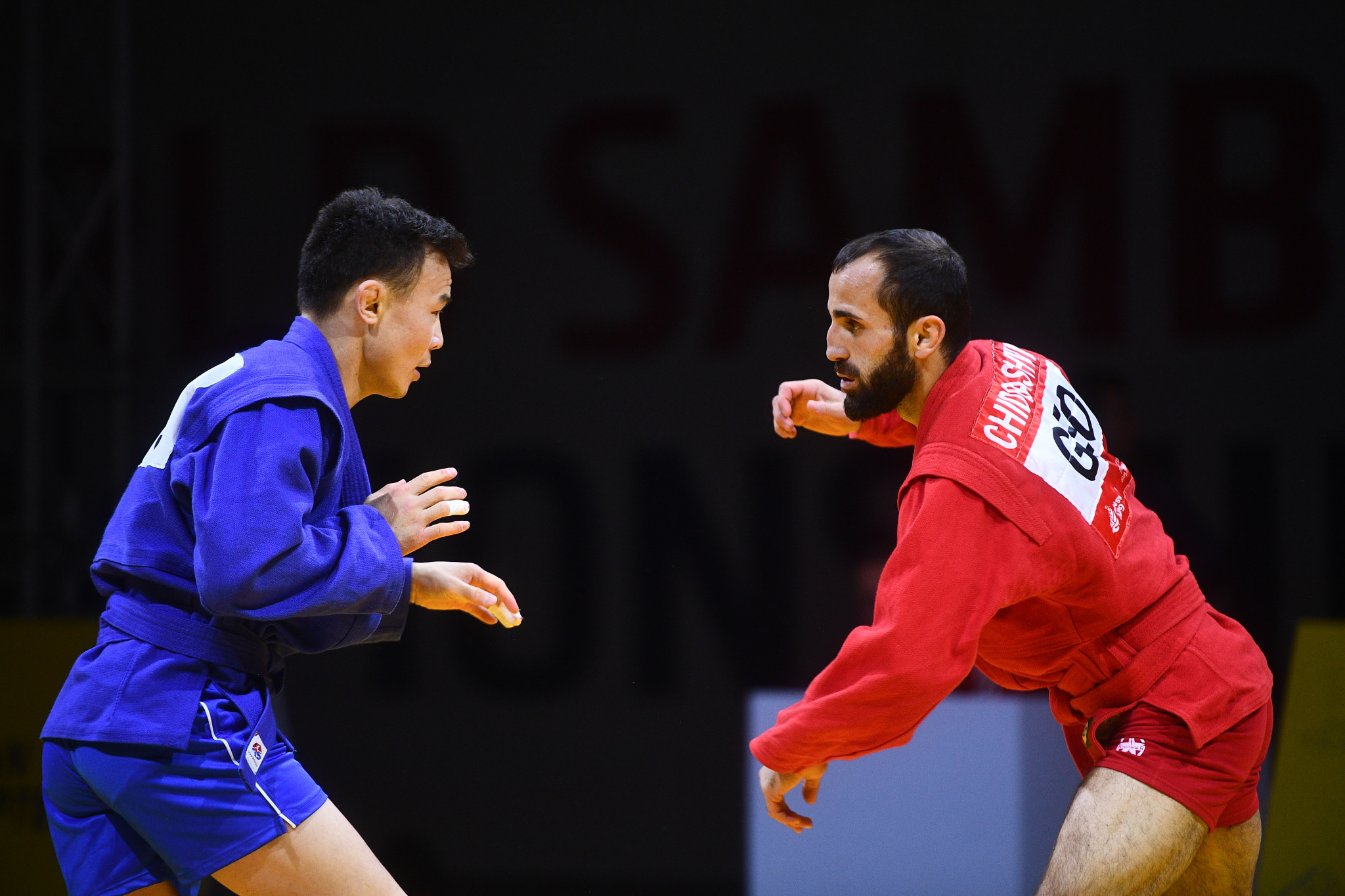 Vakhtangi Chidrashvili, in red, claimed Georgia's first gold of the Championships by defeating Sayan Khertek from Russia ©FIAS