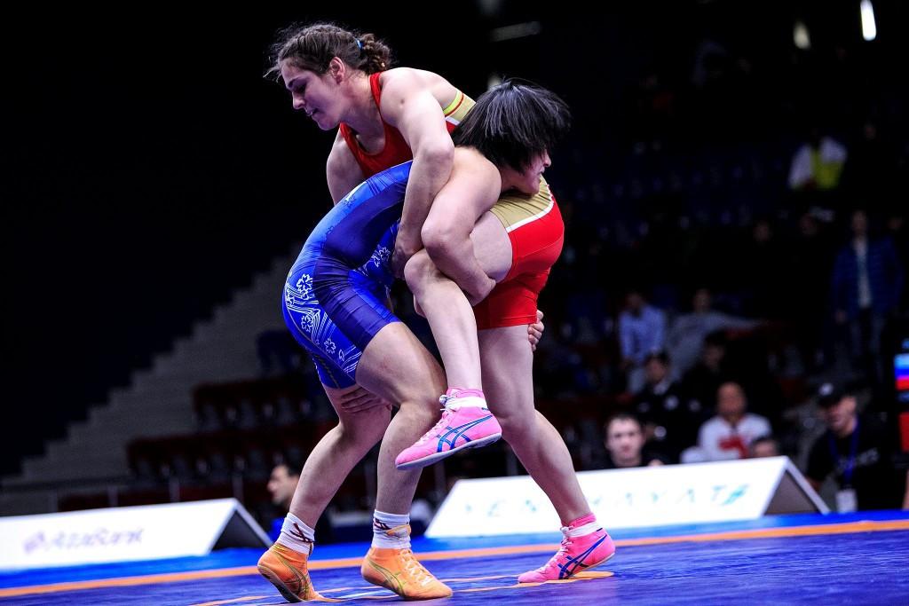Natalya Vorobieva (right) winning her quarter-final en route to her under 69kg title ©UWW/Facebook