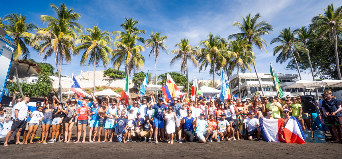 Athletes gathered on the beach to release 200 sea turtles into the sea in support of El Salvador's conservation efforts ©ISA