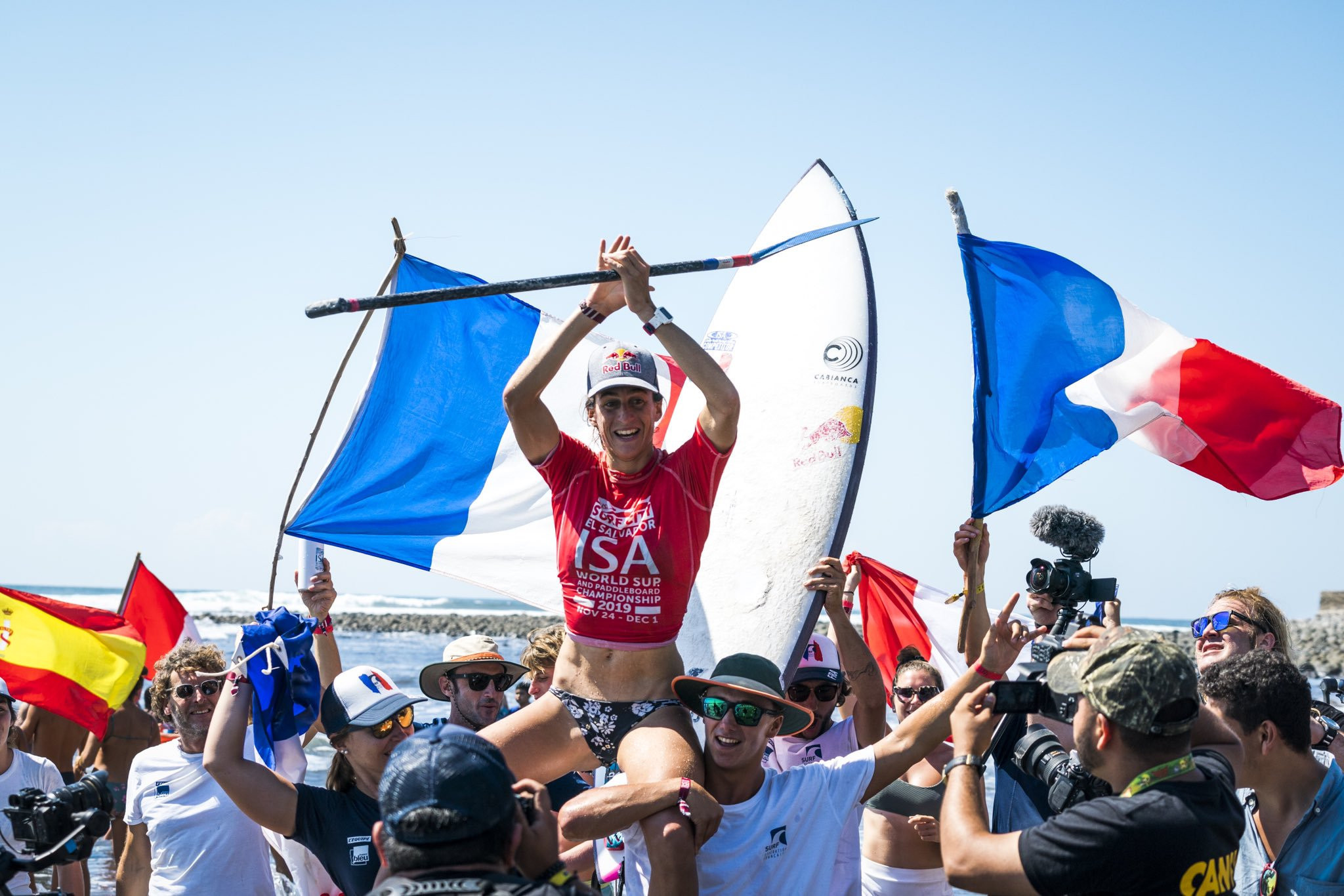 Justine Dupont is carried back to shore after securing the overall team gold for France ©ISA