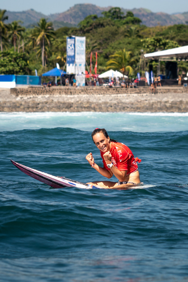 Dupont was happy as her 6.33 wave lifted her into first place at El Sunzal beach ©ISA