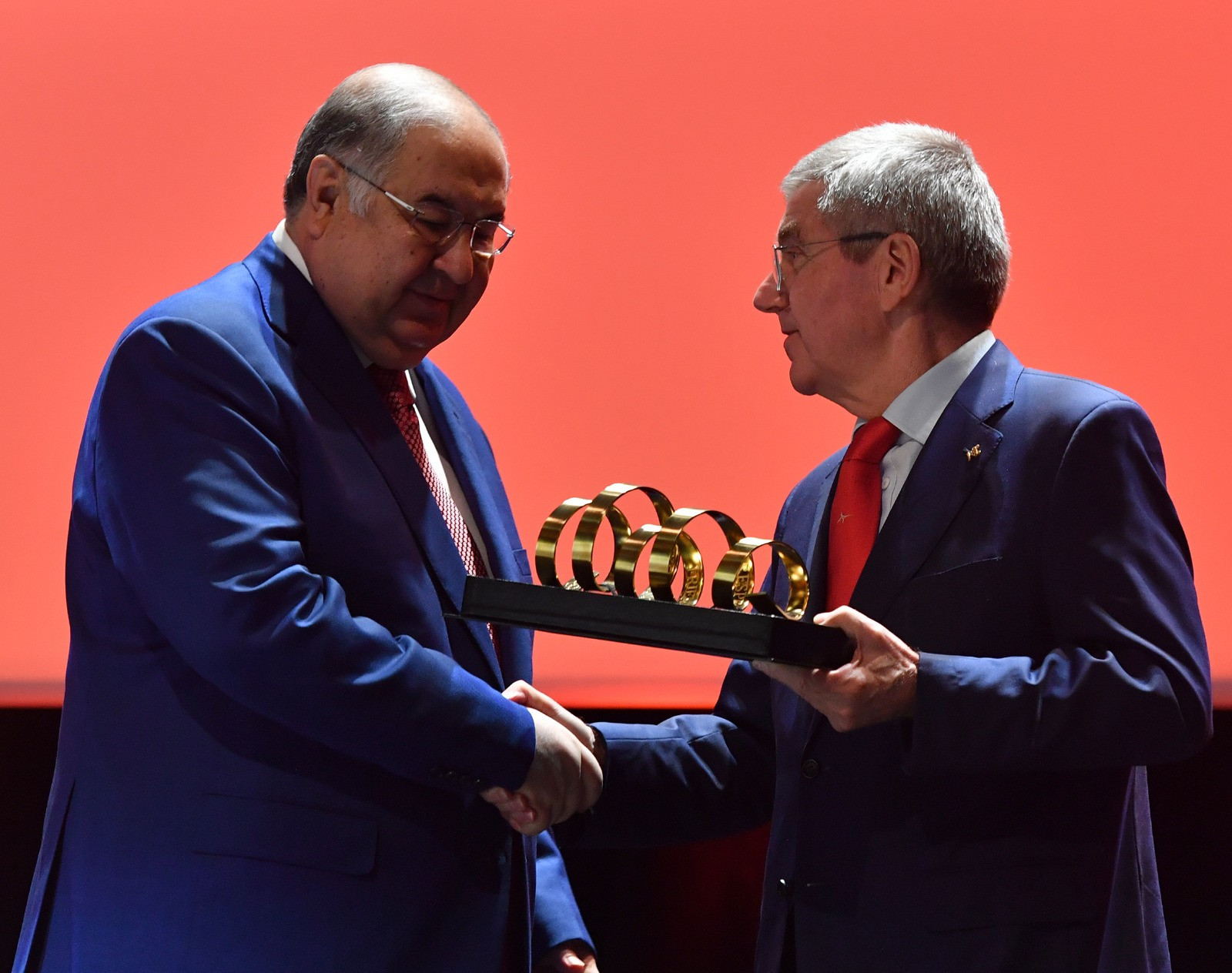 Alisher Usmanov, left, and International Olympic Committee President Thomas Bach, right, each presented one another with awards at the FIE Congress in Lausanne ©FIE