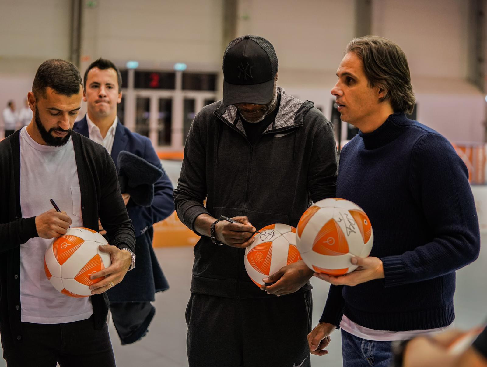 The former footballers gave autographs and had photos with fans ©FITEQ