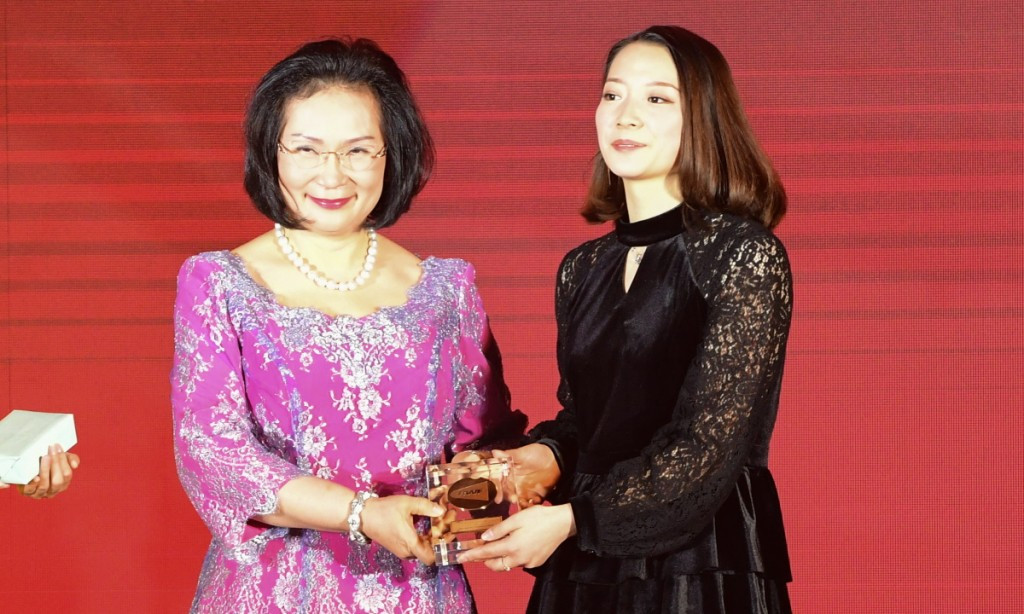 China's doubles specialist Huang Ya Qiong receives the BWF Female Player of the Year award for the second year in succession from BWF deputy president Khunying Patama Leeswadtrakul ©BWF