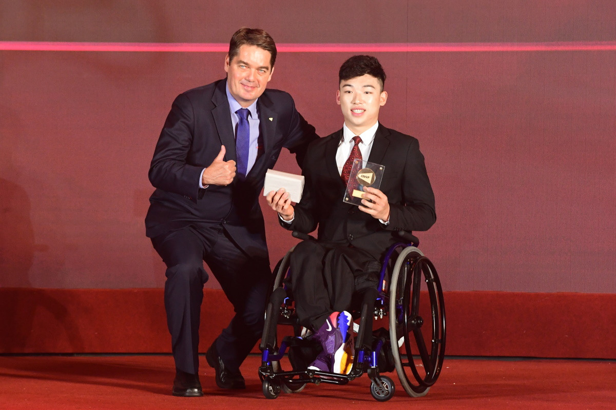 Qu Zimo, winner of the Male Para Badminton Player of the Year award, pictured with BWF President Poul-Erik Høyer Larsen in Guangzhou ©BWF