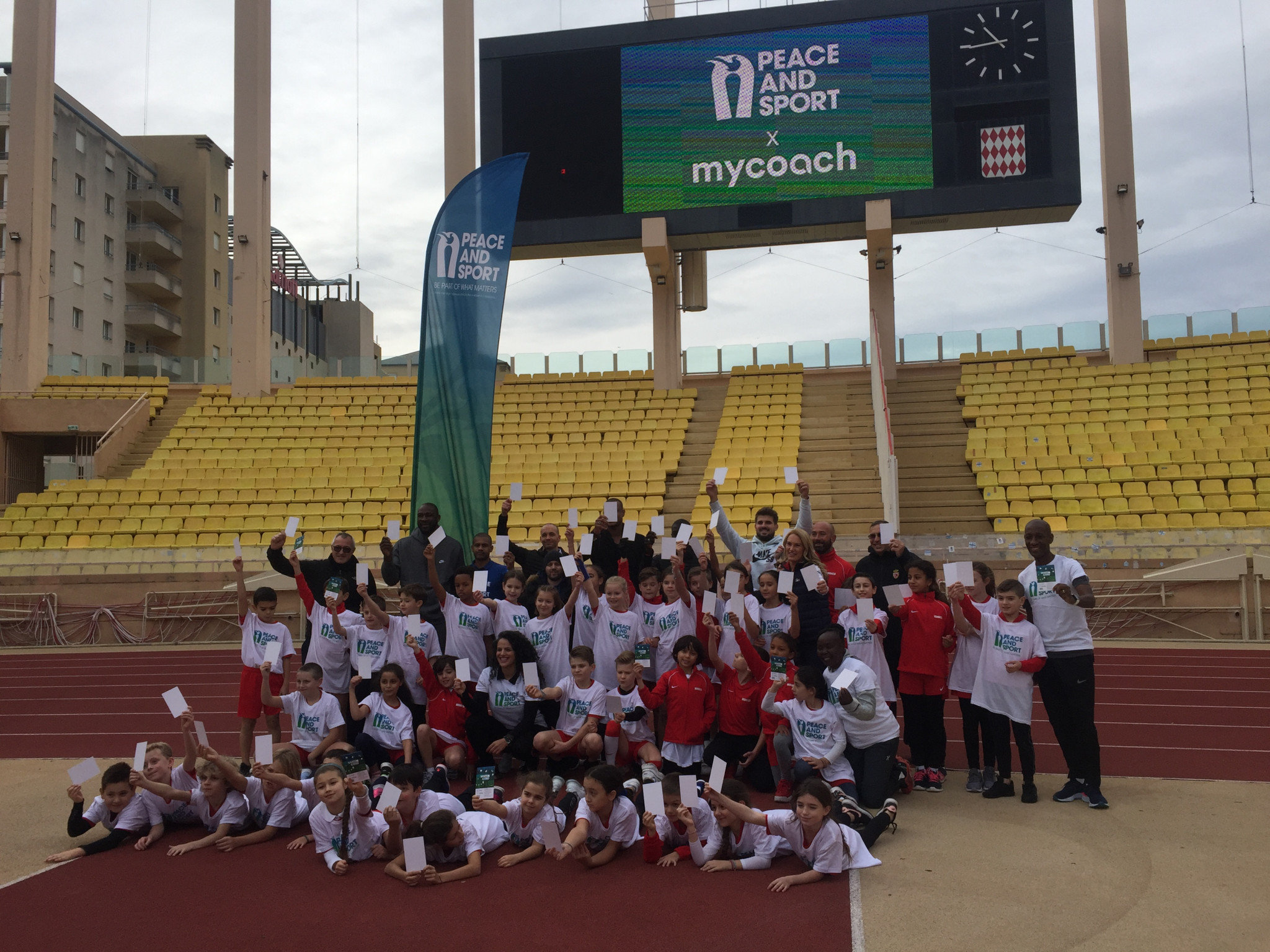 The children and Champions for Peace all showed a white card, a Peace and Sport symbolic initiative ©ITG