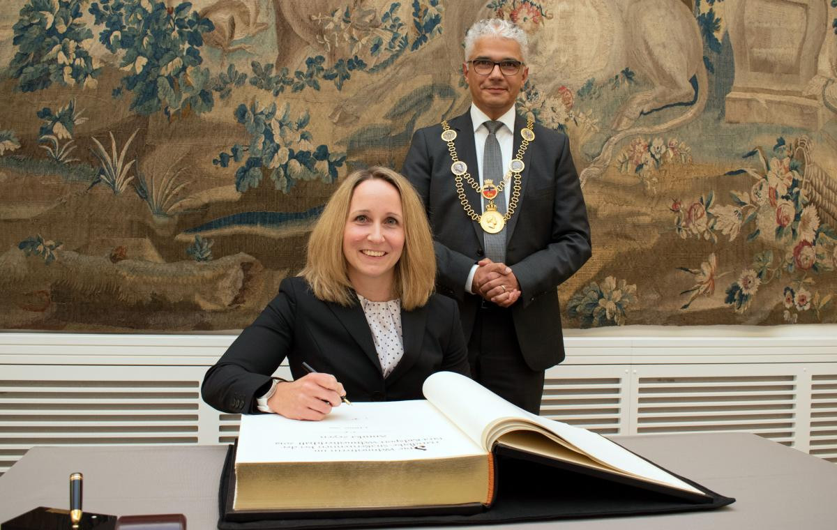 Zeyen becomes first Para-athlete to sign Bonn's golden book
