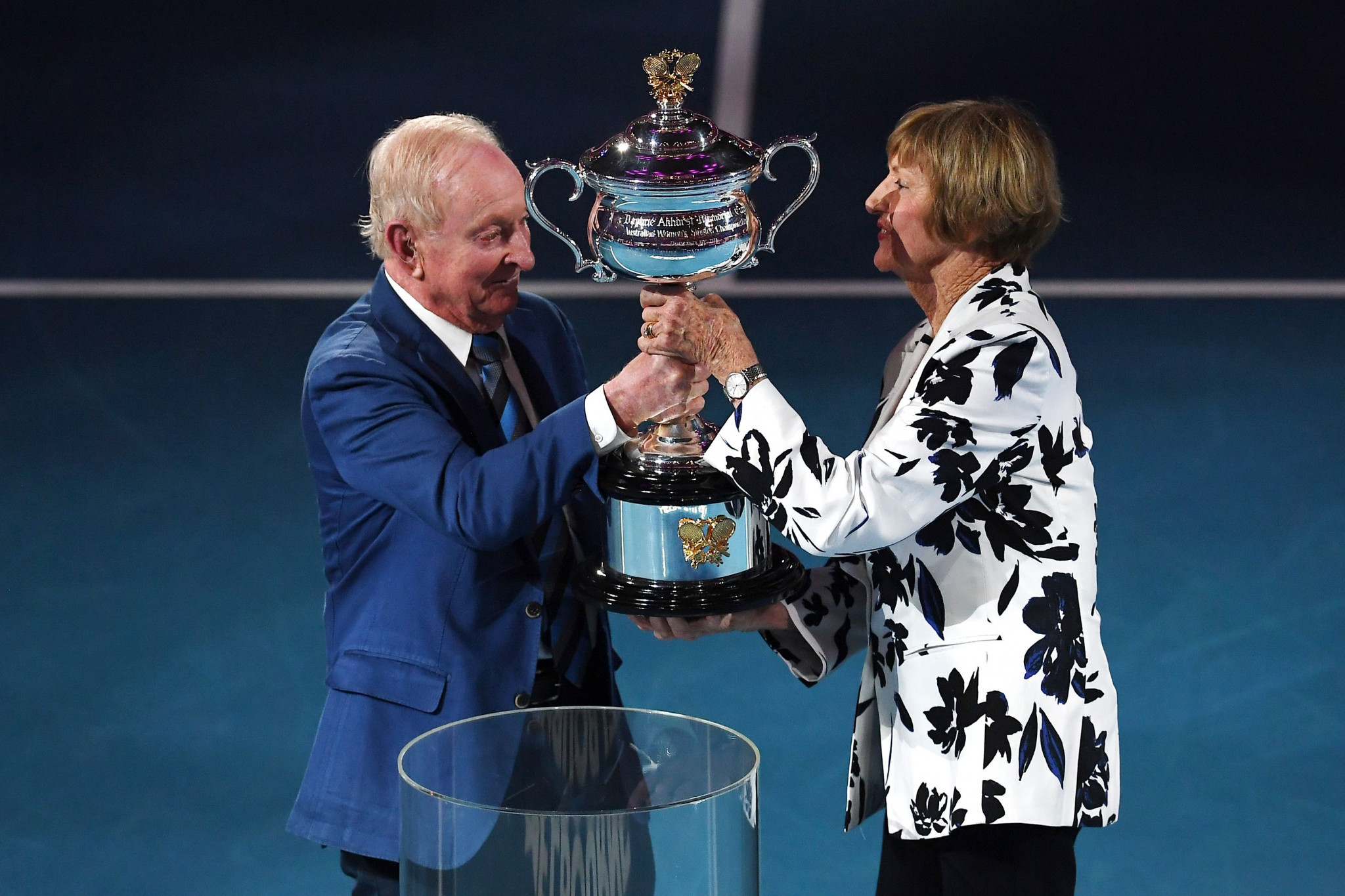 Margaret Court received her trophy from Rod Laver ©Getty Images