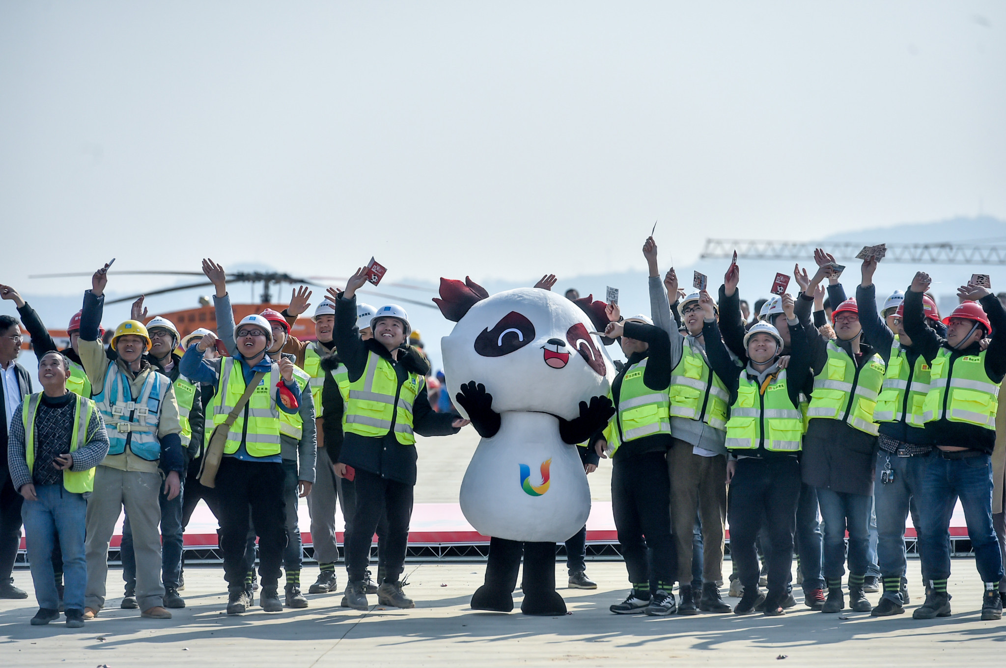 Rongbao gave the construction workers special Chengdu 2021 lottery tickets ©Chengdu 2021