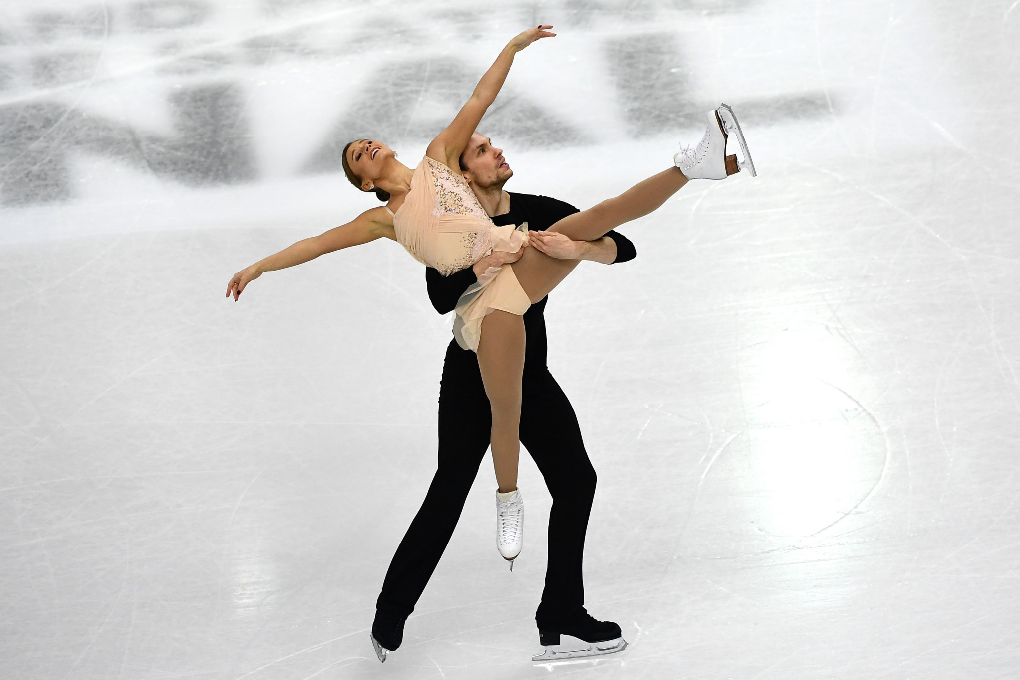 Canada's Kirsten Moore-Towers and Michael Marinaro are in front in the pairs competition ©Getty Images
