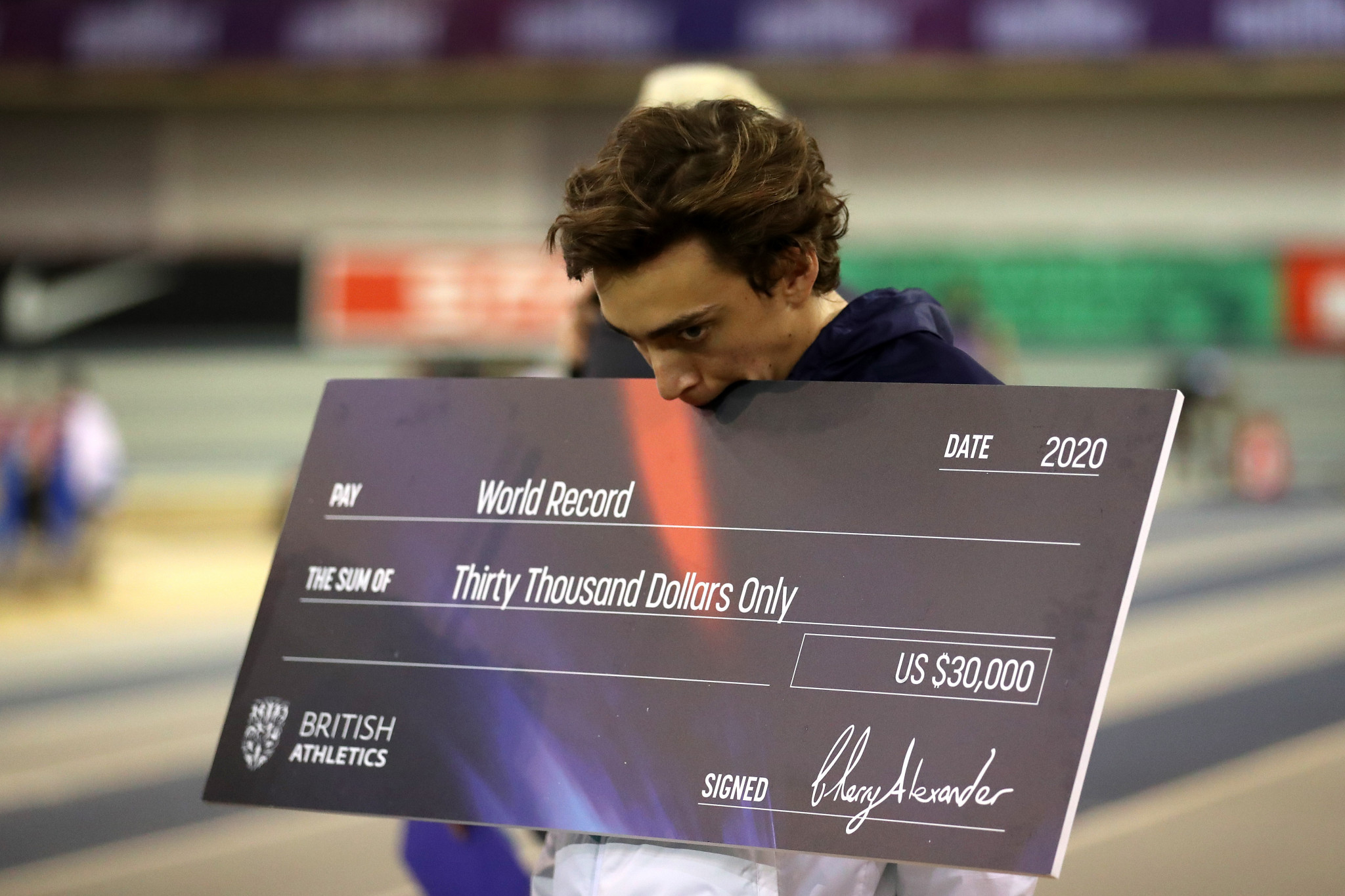 Armand Duplantis with his world record cheque after clearing 6.18m in Glasgow ©Getty Images