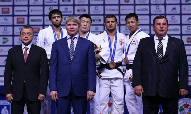 The close relationship between the IJF and the International Sambo Federation was illustrated when FIAS President Vasiliy Shestakov (right) was invited to present one of the medals during the World Judo Championships in Chelyabinsk © IJF