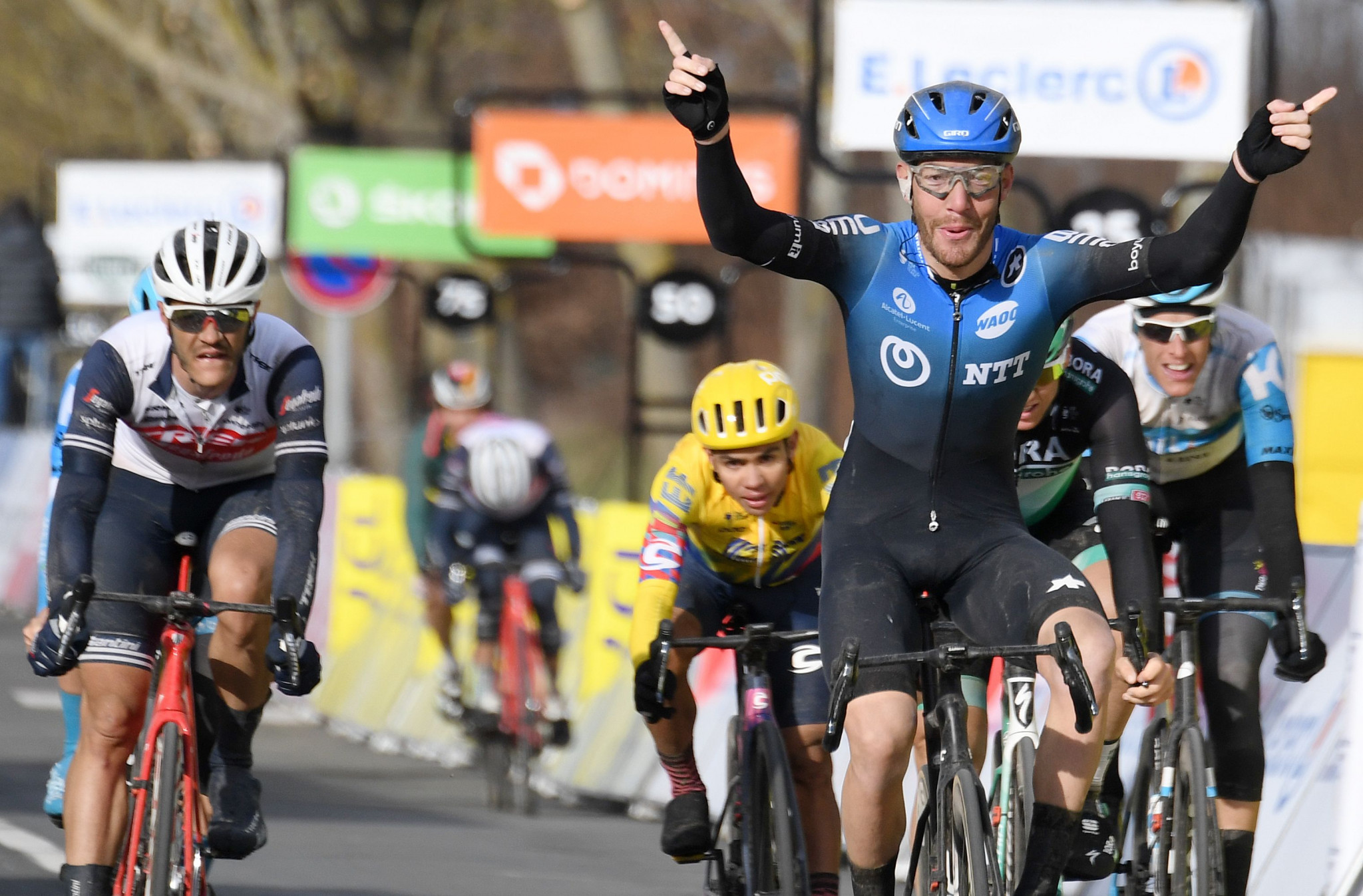 Nizzolo edges Ackermann to win second stage of Paris-Nice